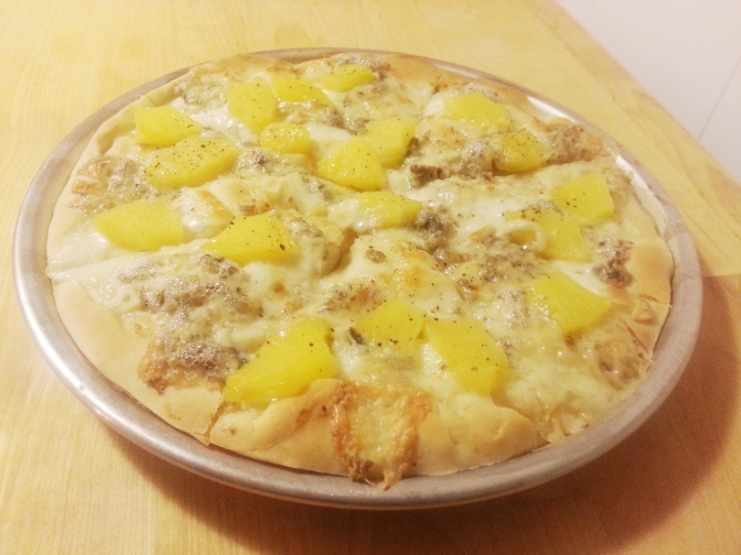Pizza exquisita con gorgonzola y piña