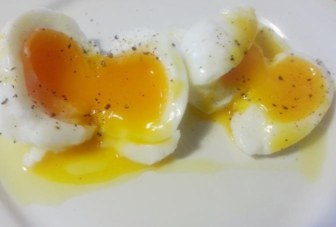 Huevos ecológicos pasados por agua con pimienta negra y aceite de oliva virgen extra