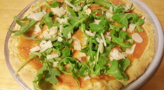 Pizza de rúcula con parmesano